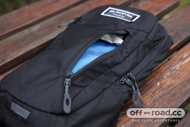 2020 Dakine Shuttle 6l  out pocket.jpg