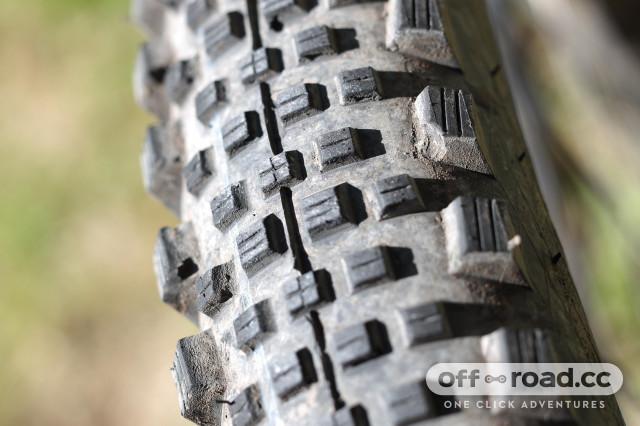 Schwalbe Rock Razor TL Easy SnakeSkin Tire Addix SpeedGrip 29x2.35 EVO Folding