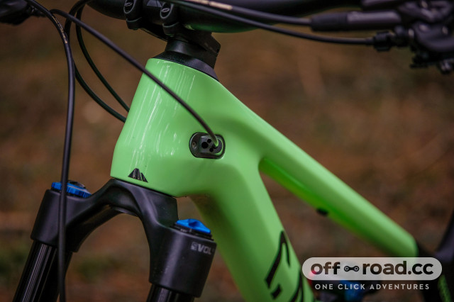 2021 Canyon Spectral 29 CF 8 internal cable routing-13.jpg