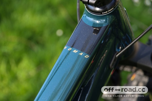 Santa Cruz Nomad R Alloy Detail Top tube-1.jpg