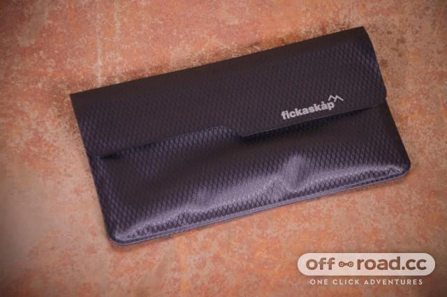 fickaskap-waterproof-phone-and-valuable-wallet-back.jpg