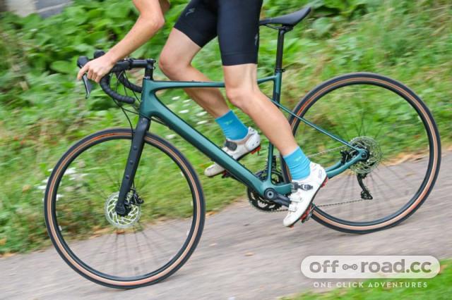 gt-grade-carbon-expert-riding-2.jpg