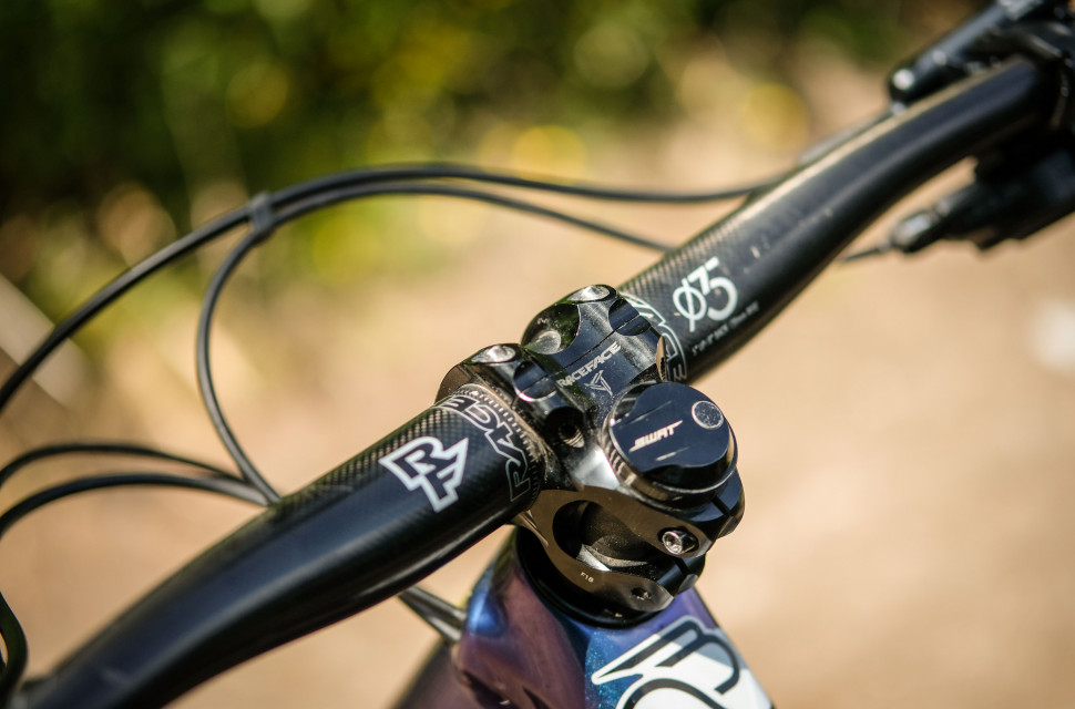 RaceFace Aeffect Next carbon 35mm stem and bars-2.jpg